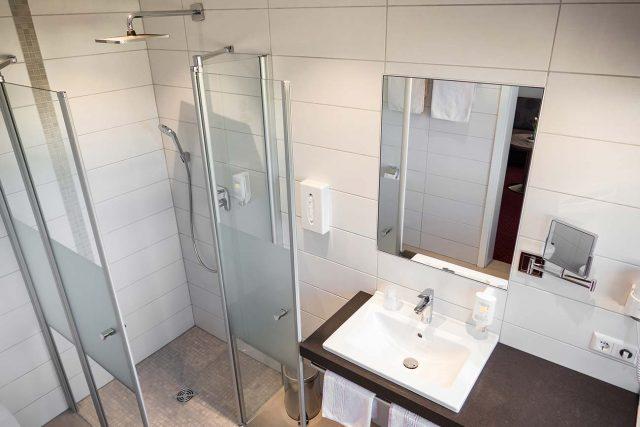 Bad mit Komfort-Dusche, WC, Kosmetikspiegel, Haartrockner