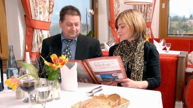 Restaurantgäste mit Speisekarte