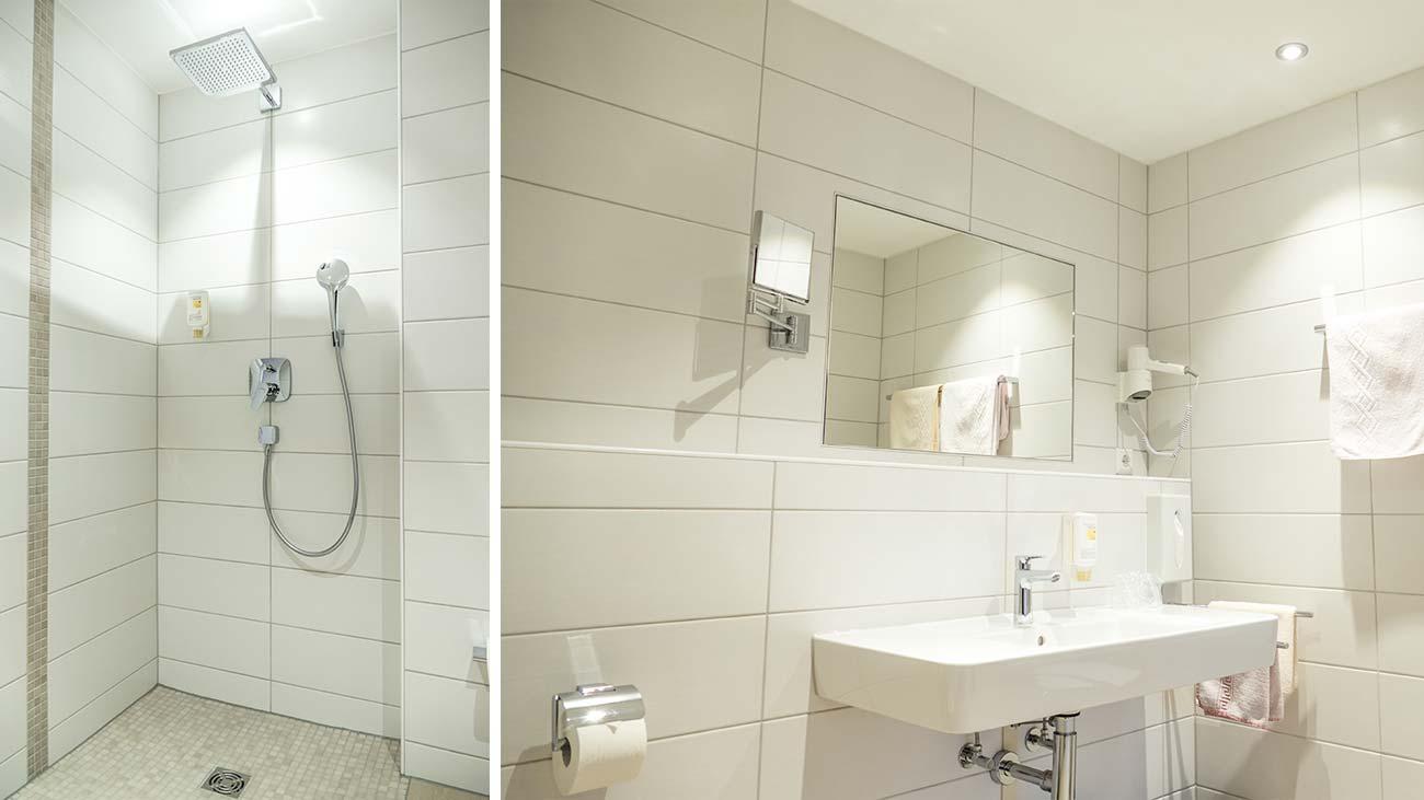 Bad in der Junior Suite mit Komfort-Dusche, Kosmetikspiegel und Haartrockner
