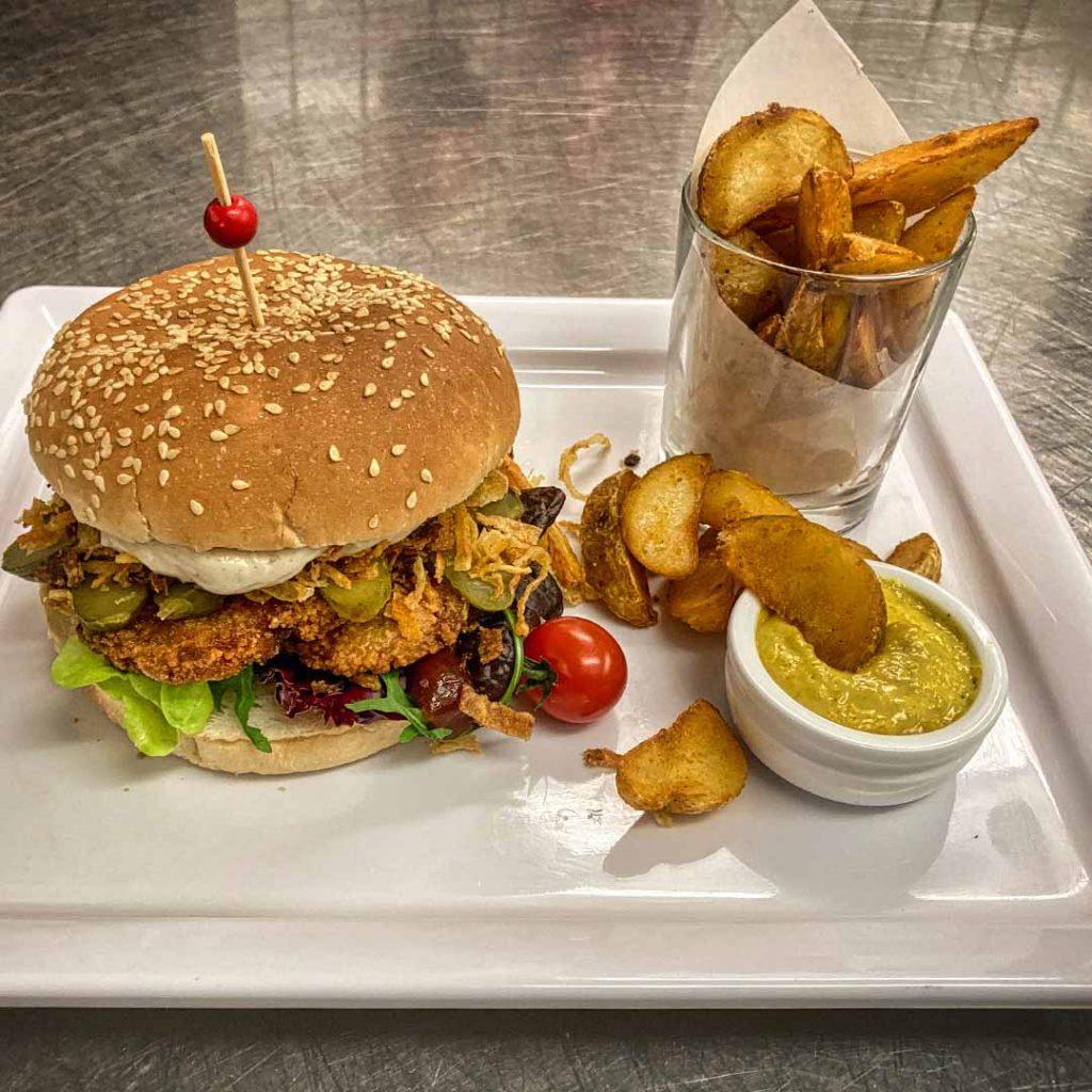 Vegetarischer Burger mit würzigen Kartoffelecken